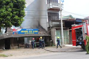 Lực lượng PCCC (Công an Tỉnh) khống chế đám cháy.